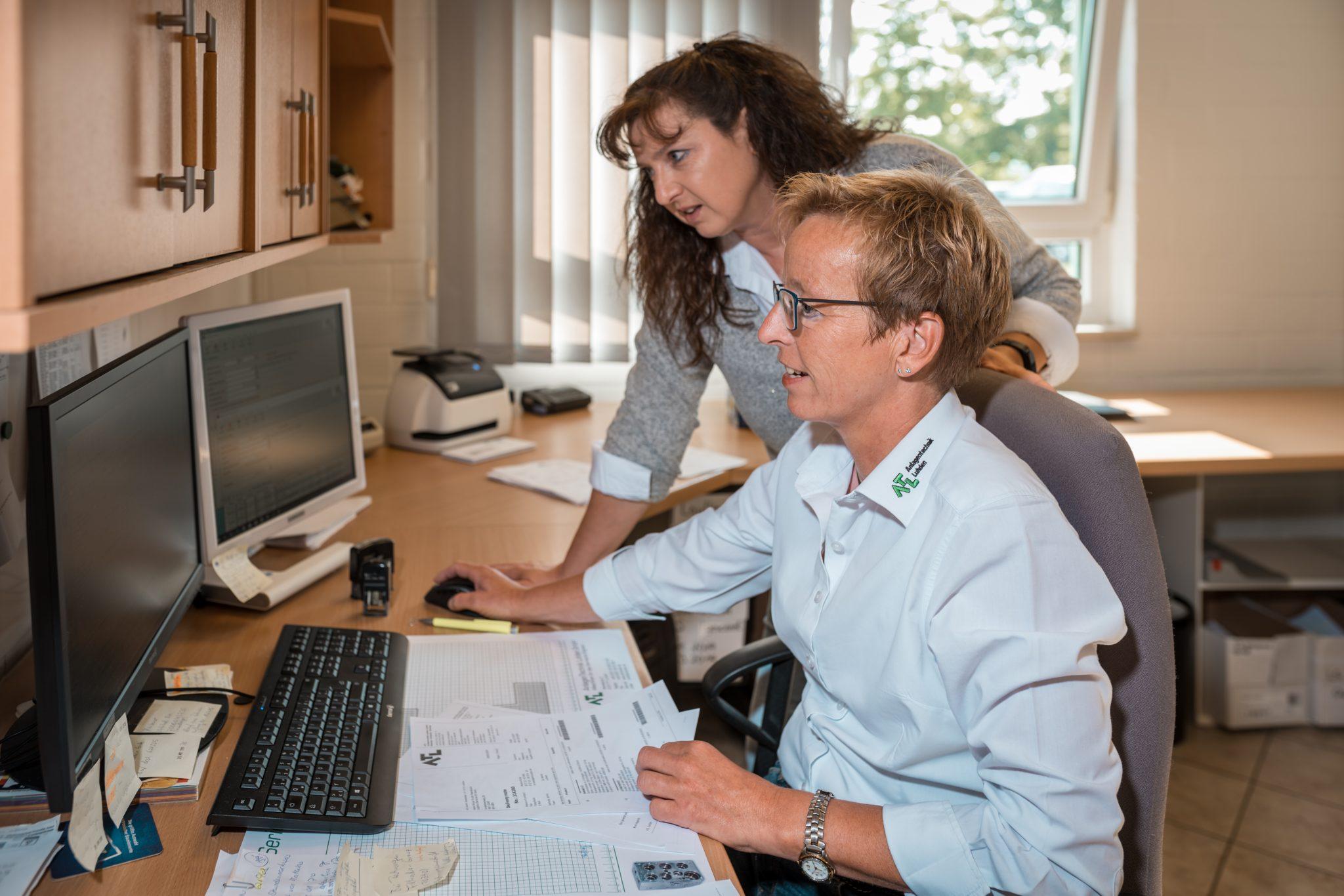 zwei Mitarbeiterinnen von ALT Luhden am PC