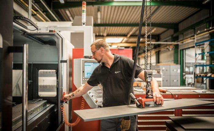 Arbeiten an einer Maschine von ATL Luhden